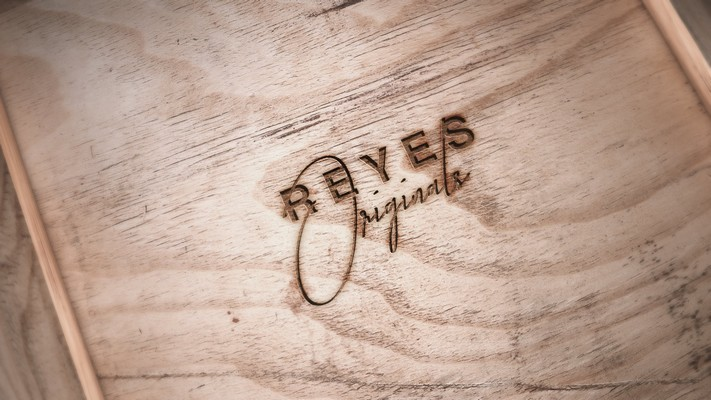 Marque Reyes Clothing sur du bois